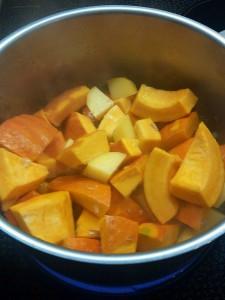 Kürbisstücke beim Kochen