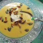 Kartoffelcremesuppe mit Reherl und Kürbiskernen