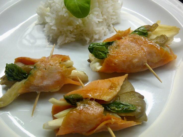 Lachsrollen auf Teller mit Reis