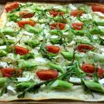 Türkisch-französisches Crossover: Flammkuchen mit grünem Spargel und Tomaten